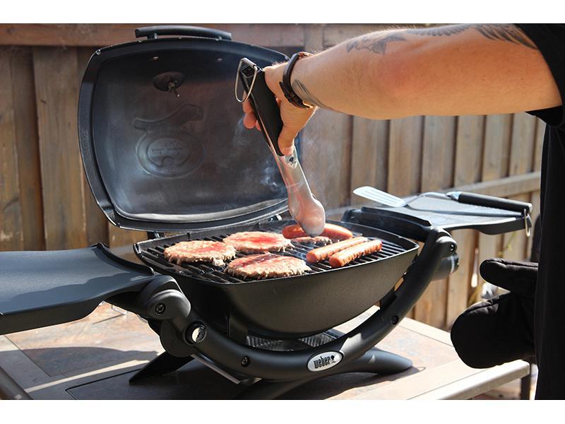 barbecue a gas weber q 1200 portatile compreso di grembiule. Black Bedroom Furniture Sets. Home Design Ideas